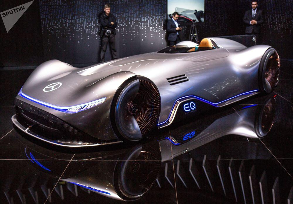 عرض سيارة مرسيدس-بينز موديل (Vision EQ Silver Arrow) الجديدة معرض السيارات الدولي مونديال دو لوتوموبيل في باريس،  أكتوبر/ تشرين الأول 2018