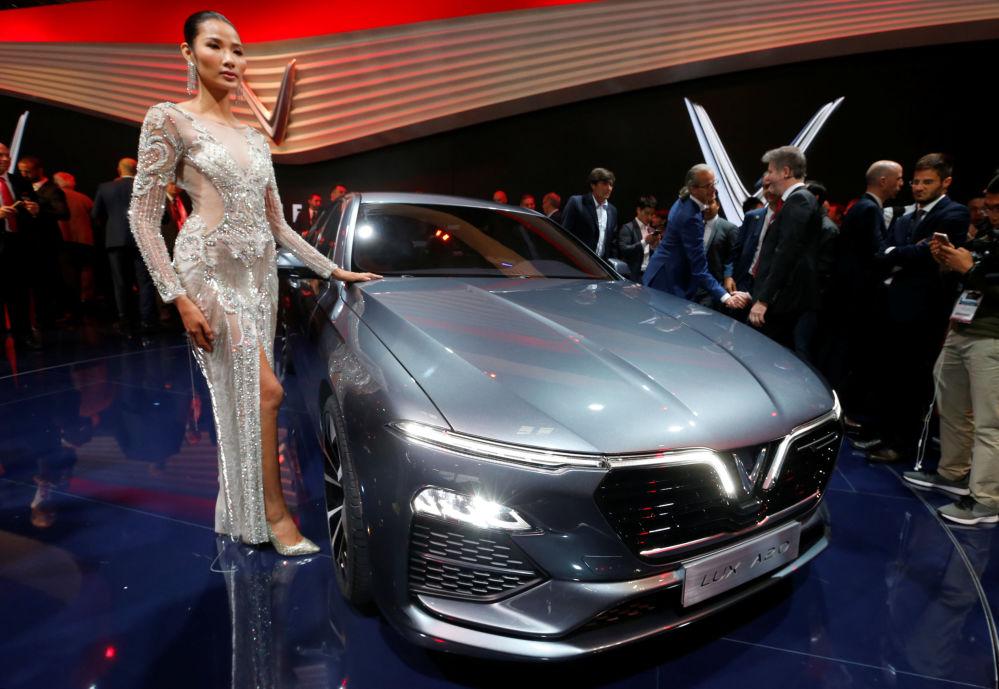 عرض موديل سيارة فين فاست لوكس أ2.0 (VinFast Lux A2.0) الجديدة معرض السيارات الدولي مونديال دو لوتوموبيل في باريس، 2 أكتوبر/ تشرين الأول 2018