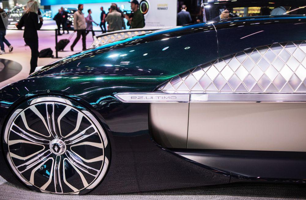 عرض موديل سيارة رينو إز-أولتيمو (RENAULT EZ-Ultimo) الجديدة معرض السيارات الدولي مونديال دو لوتوموبيل في باريس