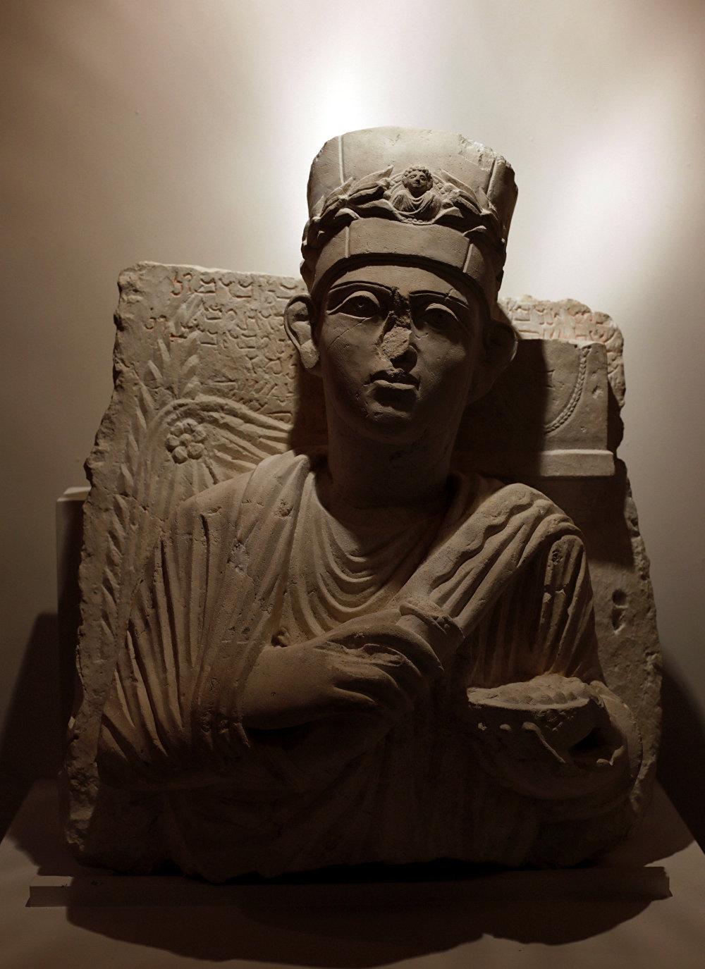 الحكومة السورية تستعيد تمثالا حجريا للكاهن يلحي بن يلحبودا ويعود لآثار مدينة تدمر