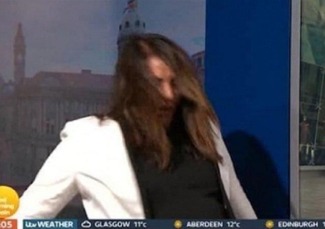 شاهد ماذا حدث لمذيعة بريطانية على الهواء مباشرة