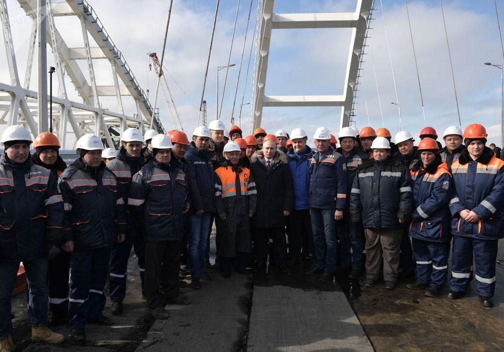 الرئيس فلاديمير بوتين مع عمال البناء على جسر القرم عبر مضيق كيرتش، القرم، روسيا