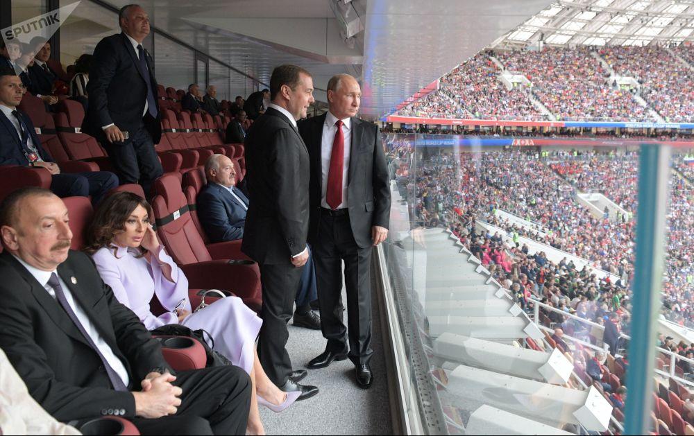 الرئيس فلاديمير بوتين ورئيس الوزراء الروسي دميتري مدفيديف خلال انطلاق المبارة الأولى لبطولة كأس العالم روسيا - 2018 في ملعب لوجنيكي بموسكو، 14 يونيو/ حزيران 2018