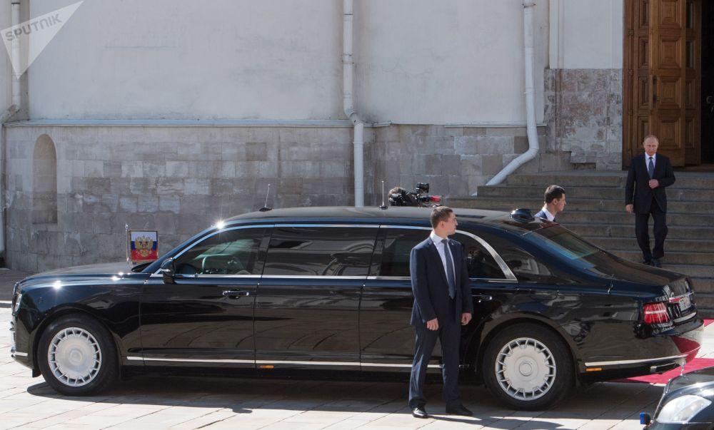 الرئيس فلاديمير بوتين يخرج من كتدرائية بلاغوفيشينسك ويتجه إلى سيارته الجديدة - ليموزين من مشروع كورتيج لشركة أوراوس، بعد أداء القسم كرئيس روسيا لفترة جديدة
