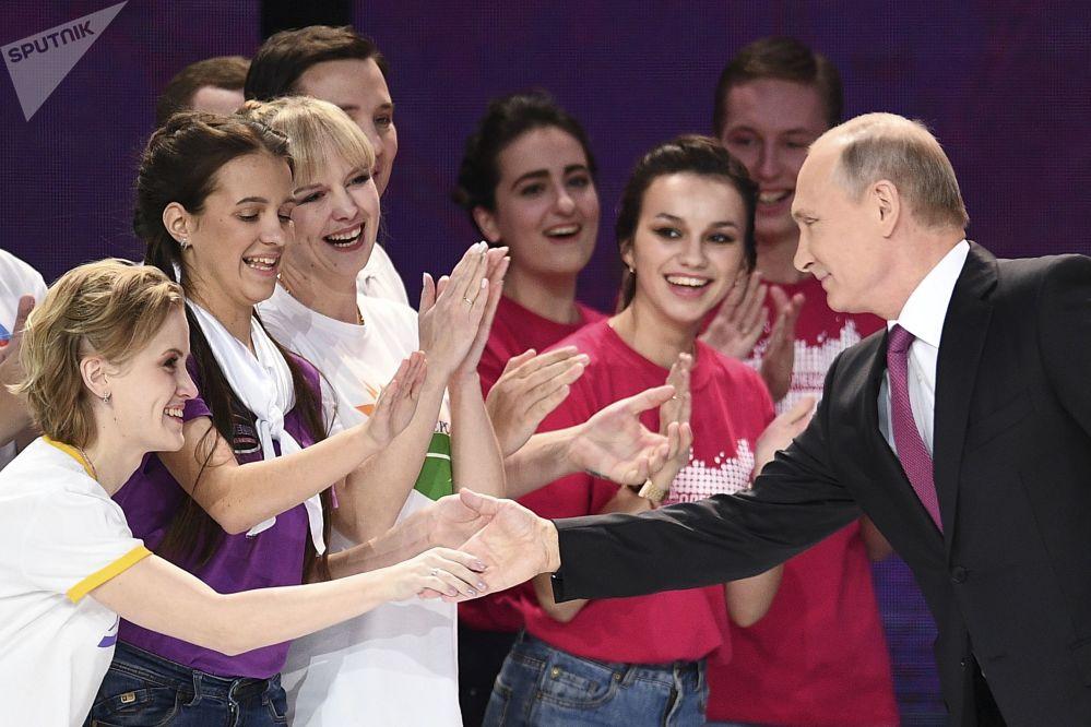 الرئيس فلاديمير بوتين خلال مراسم تسليم جائزة دوبروفوليتس روسيي - 2017 (متطوع روسيا 2017) في القصر الرياضي ميغاسبورت في موسكو