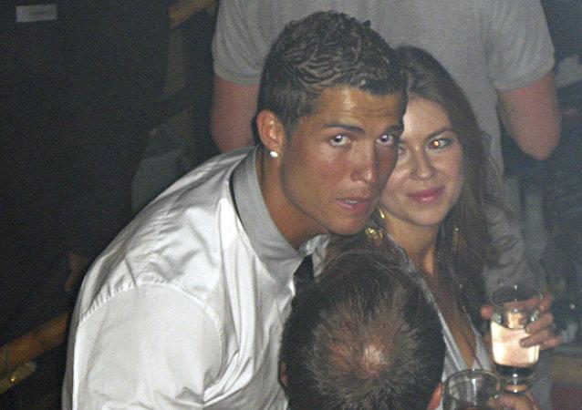 رونالدو مع كاثرين مايورغا التي تتهمه بالاغتصاب