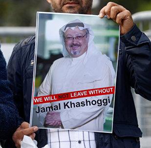 متظاهر يحمل صورة للصحفي السعودي جمال خاشقجي أثناء احتجاج أمام القنصلية السعودية في اسطنبول