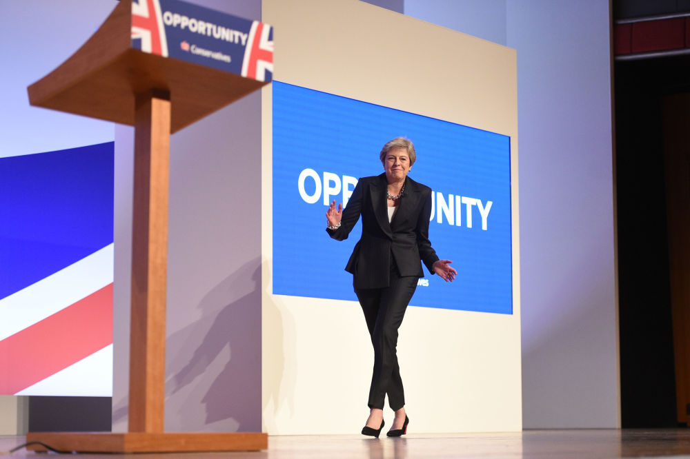 رئيسة الوزراء البريطانية تيريزا ماي ترقص على أنغام أغنية Dancing Queen للفرقة الغنائية ABBA، لدى خروجها إلى مؤتمر صحفي Conservative Party 2018 في برمنغهام، 3 أكتوبر/ تشرين الأول 2018