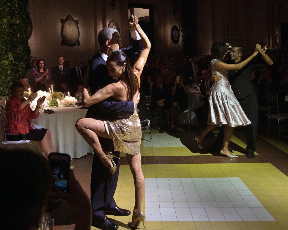 الرئيس الأمريكي السابق باراك أوباما يشارك في فعالية ثقافية لرقص التانغو في مركز كريتشنر الثقافي في بوينس آيرس، الأجرنتين 23 مارس/ آذار 2016