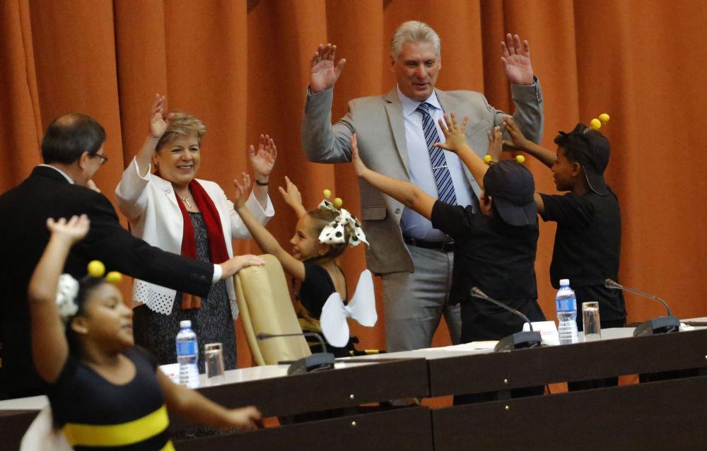 رئيس كوبا نيغيل دياس-كانيل يرقص مع ممثلي مسرح الأطفال في افتتاح الدورة الاقتصادية في هافانا، 8 مايو/ أيار 2018
