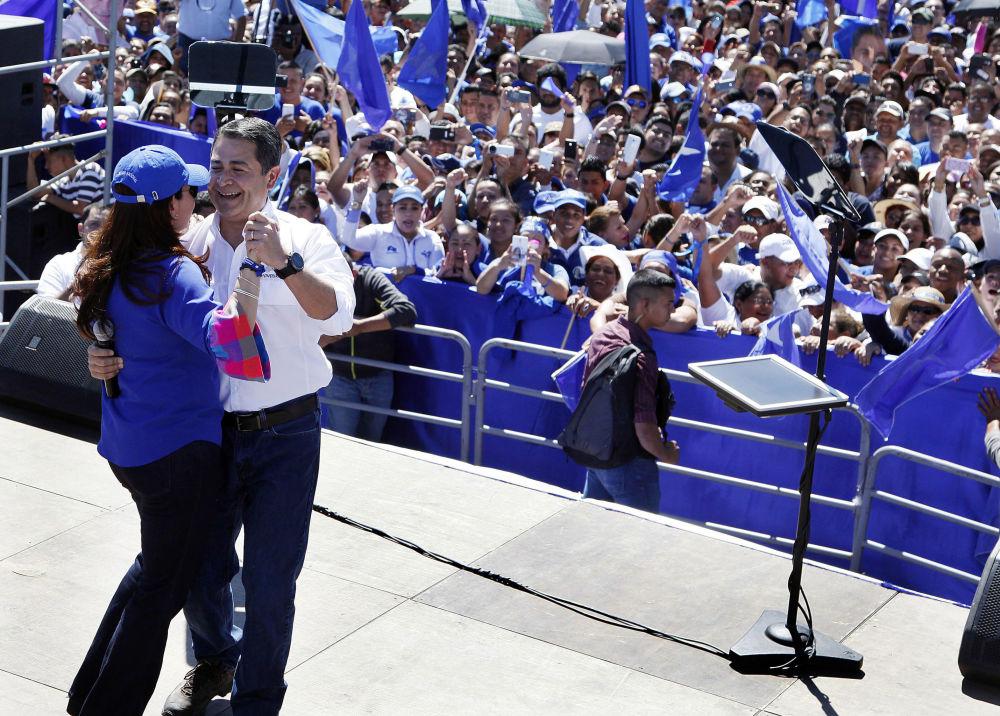 رئيس هندوراس خوان أورلاندو هيرنانديز يرقص مع زوجته خلال حفل تكريمي للانتخابات التمهيدية في تيغوسيغالبا، 5 مارس/ آذار 2017