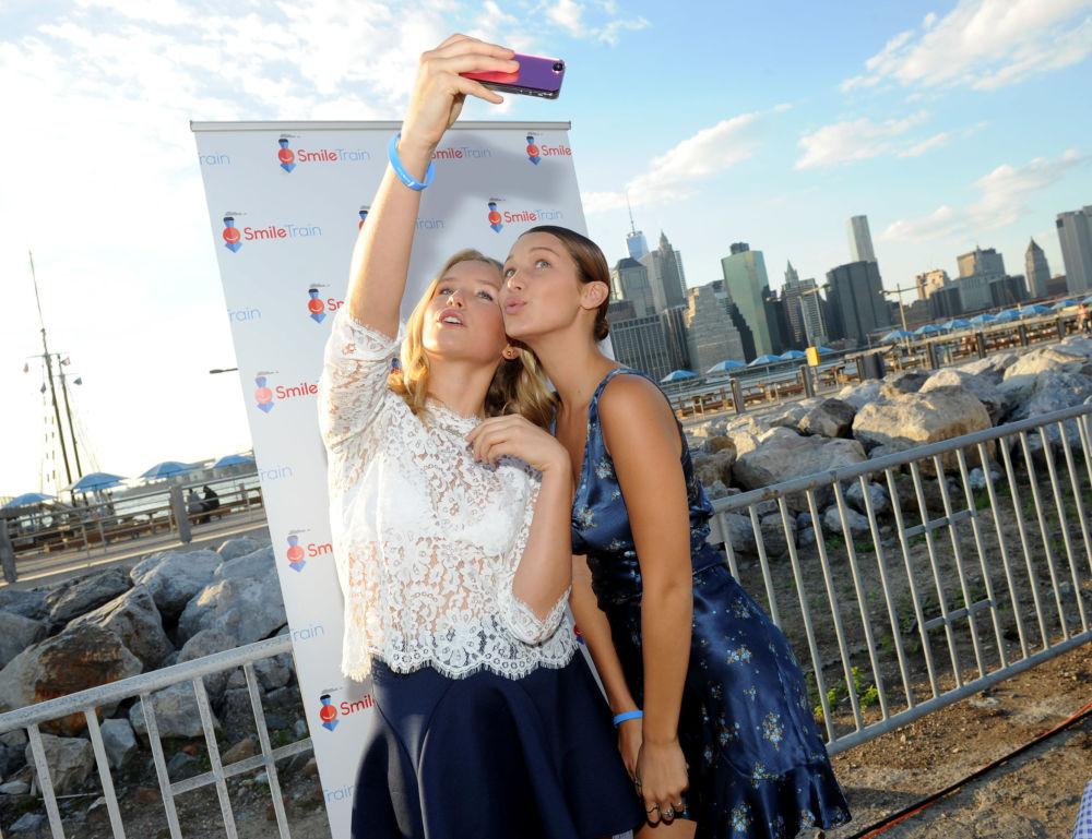 عارضة الأزياء بيلا حديد مع عارضة أزياء سايلور برينكلي كوك تلتقطان صورة سيلفي في نيويورك، 18 سبتمبر/ أيلول 2014