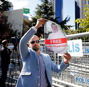 متظاهر يحمل صورة للصحفي السعودي جمال خاشقجي أثناء احتجاج أمام القنصلية السعودية في إسطنبول
