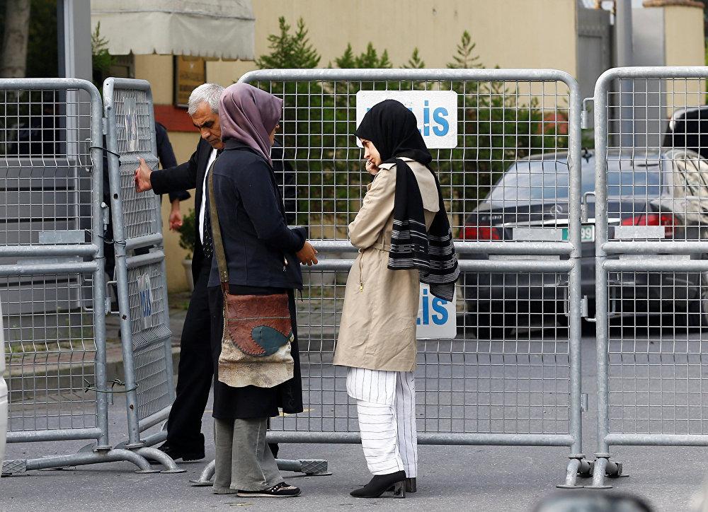 خطيبة الصحفي السعودي جمال خاشقجي وصديقتها تنتظران خارج قنصلية المملكة العربية السعودية في إسطنبول