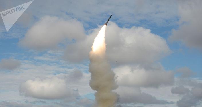 منظومة إس-300 للدفاع الجوي تطلق صاروخا