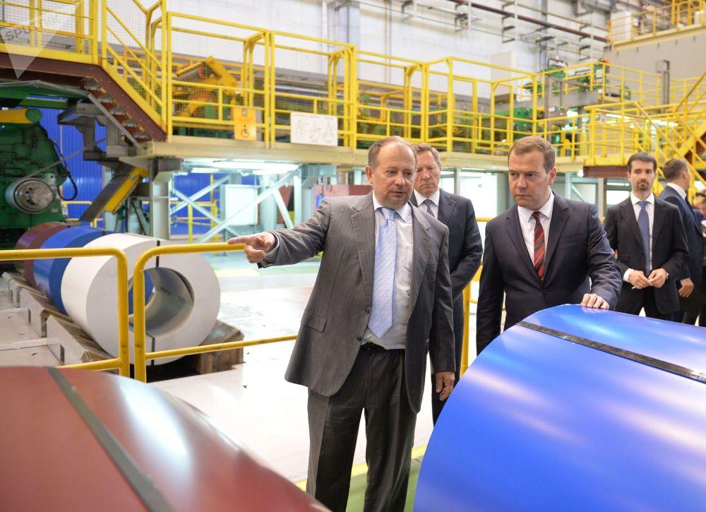رئيس الوزراء الروسي ديمتري ميدفيديف (الثاني من اليمين) خلال زيارة إلى معمل المعادن في نوفوليبيتسك. من اليمين- مدير المعمل أوليغ باغرين. من اليسار- رئيس مجلس الإدارة في المعمل فلاديمير ليسين. 18 تموز\يوليو 2014