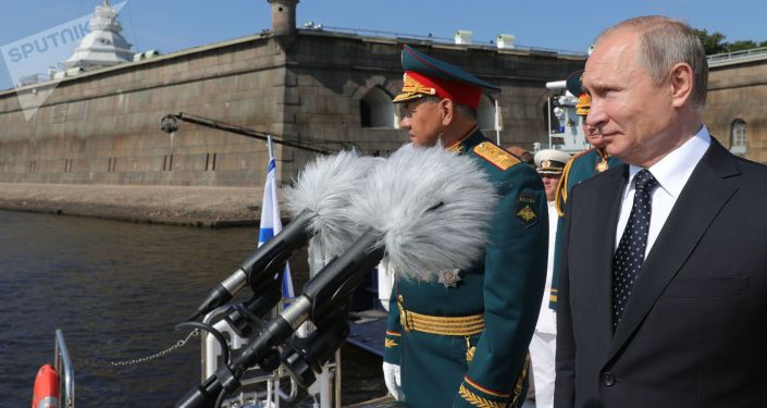 الرئيس الروسي فلاديمير بوتين ووزير الدفاع الروسي خلال أهم العروض العسكرية البحرية في سان بطرسبورغ
