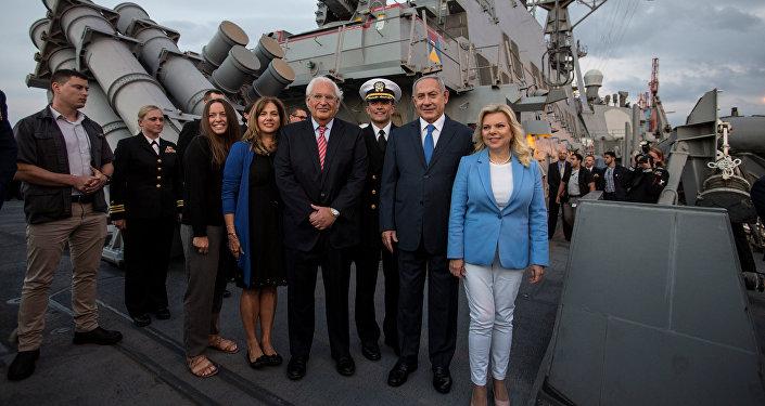 نتنياهو وزوجته والسفير الأمريكي في إسرائيل وكابتن المدمرة الأمريكية (يو.إس.إس روس) بعد وصولها إلى ميناء أسدود