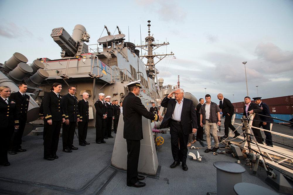 السفير الأمريكي في إسرائيل على المدمرة الأمريكية (يو.إس.إس روس) بعد وصولها إلى ميناء أسدود
