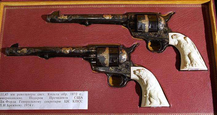 مسدسان من عائلة مسدسات كولت