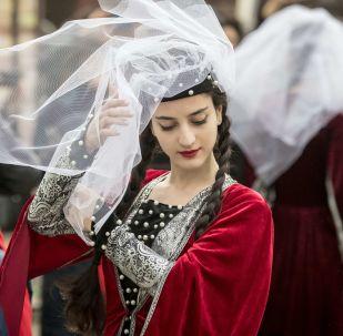 فقرة الرقص التقليدي خلال مهرجان الثقافة الجورجية والمطبخ الجورجي في حديقةإرميتاج بموسكو