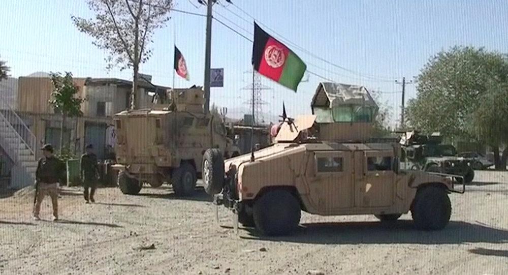 أفغانستان - سيارات همفي تقف بالقرب من موقع نفذت فيه طالبان هجوما إرهابيا