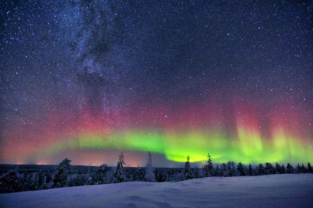 مجرة درب التبانة والشفق القطبي في فنلندا