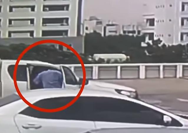 سائق يحاول إيقاف سيارته من السقوط من الطابق السادس