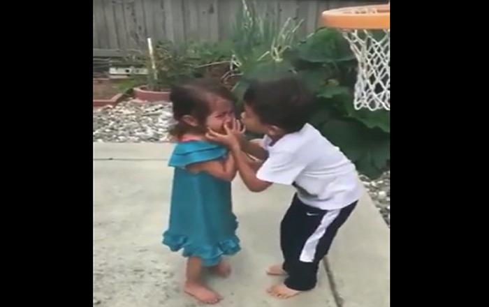 رد فعل طفل صغير حاول إرضاء شقيقته