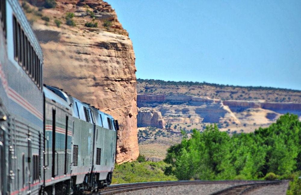 السكة الحديدية كاليفورنيا زيفاير (The California Zephyr) التي تربط بين المدن الأمريكية تشكاتو وسان فرانسيسكو