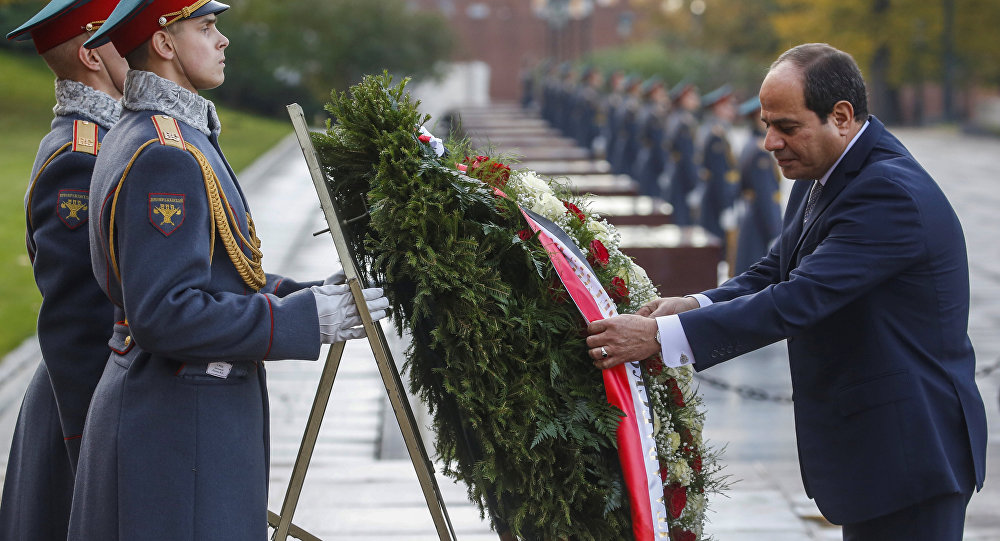 الرئيس المصري عبد الفتاح السيسي، يضع أكليلا من الزهور على قبر الجندي المجهول في روسيا، 16 أكتوبر/تشرين الأول 2018