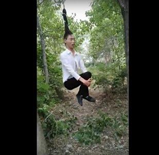 رجل يستخدم شعره كـ حبل أرجوحة