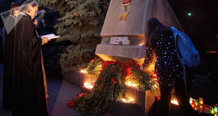 أهالي سيفاستوبل يضعون أكاليل الزهور لضحايا معهد كيرتش