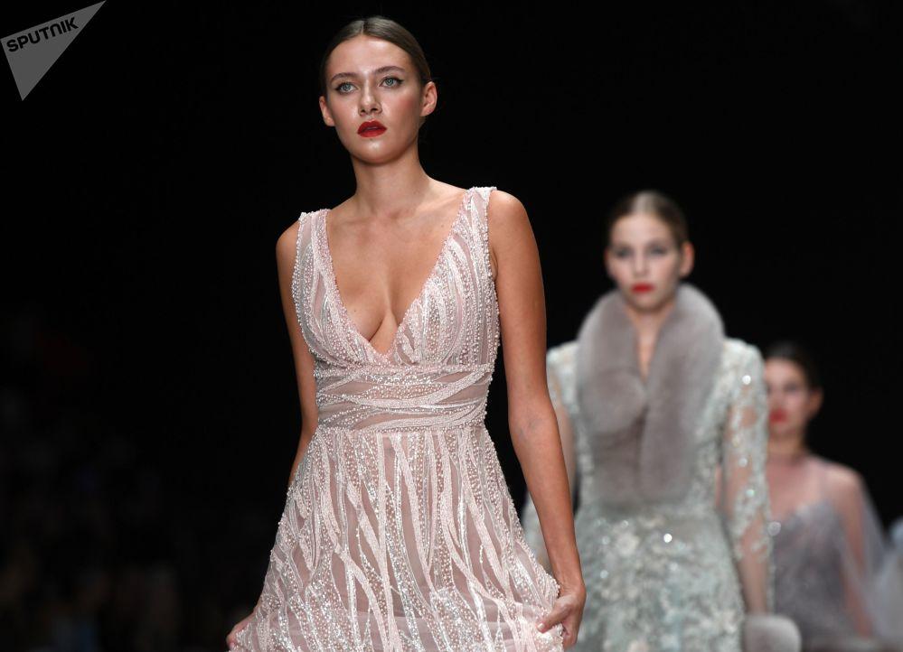 عارضة أزياء يقدمن مجموعة تصاميم  من قبل المصممة ناديجدا يوسوبوفا في عرض أزياء مرسيدس-بينز في إطار أسبوع الموضة في موسكو