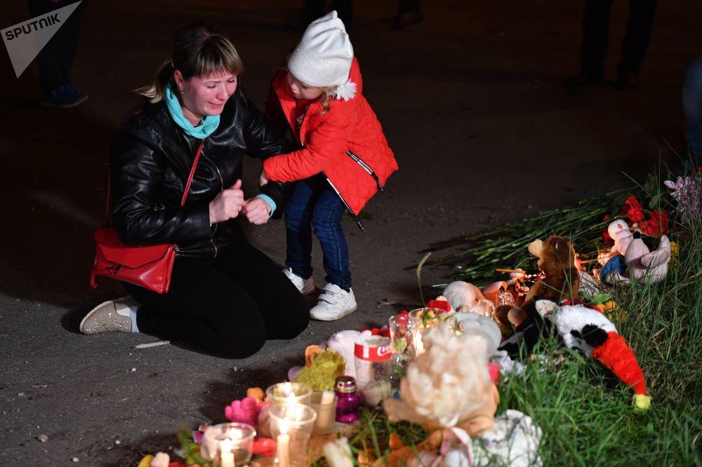 أهالي كيرتش يضعون أكاليل الزهور لضحايا معهد كيرتش، 17 أكتوبر/ تشرين الأول 2018