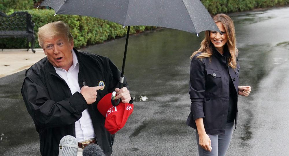 الرئيس الأمريكي دونالد ترامب وزوجته السيدة الأولى ميلانيا حديقة البيت الأبيض في واشنطن، 15 أكتوبر/ تشرين الأول 2018