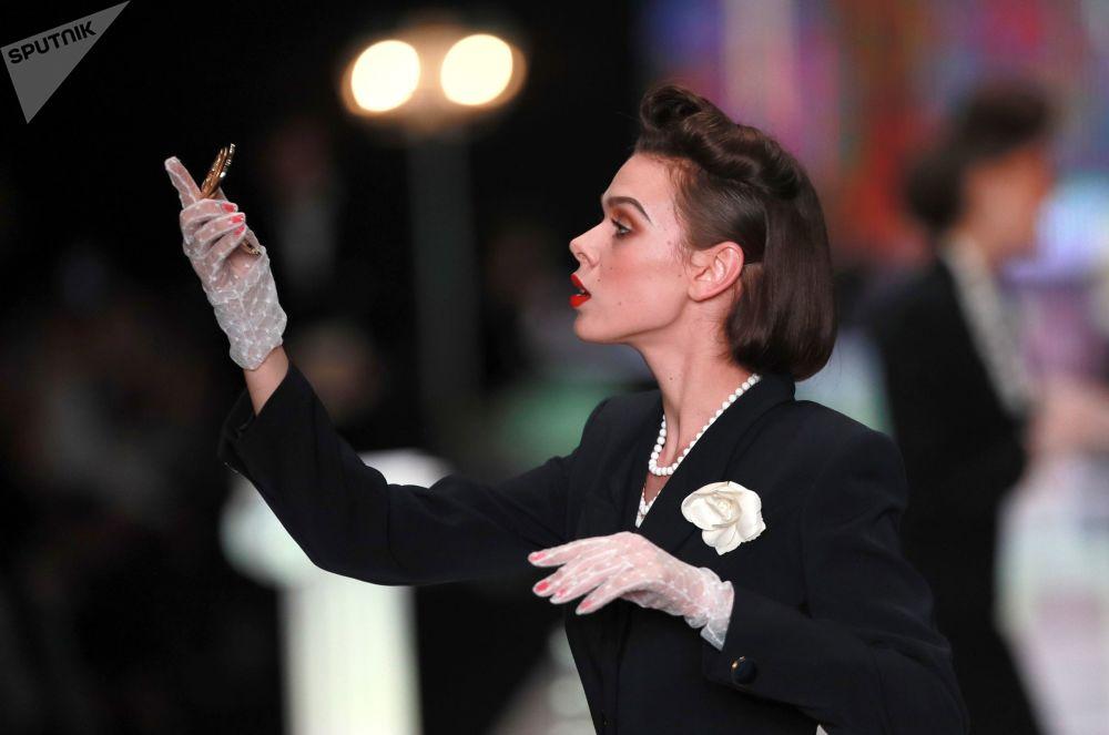 عارضة أزياء تقدم مجموعة المواسم روسية في باريس من المصمم الروسي فياتشيسلاف زايتسيف في عرض أزياء مرسيدس-بينز في إطار أسبوع الموضة في موسكو
