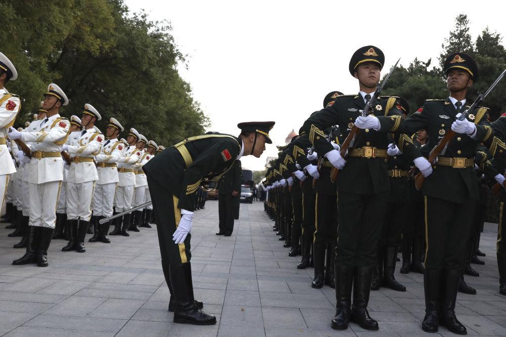 ضباط حرس الشرقف الصيني يستعدون لمراسم استقبال ملك النرويج  هارلد الخامس في بكين، 16 أكتوبر/ تشرين الأول 2018