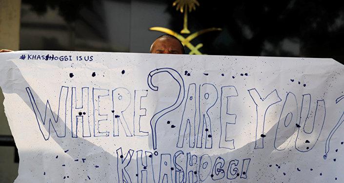 صحفي إندونيسي يحمل لافتة مكتوب عليها أين خاشقجي بالقر بمن السفارة السعودية في جاكرتا