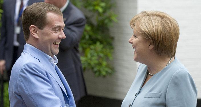 رئيس الحكومة دميتري ميدفيديف مع المستشارة الألمانية أنجيلا ميركل