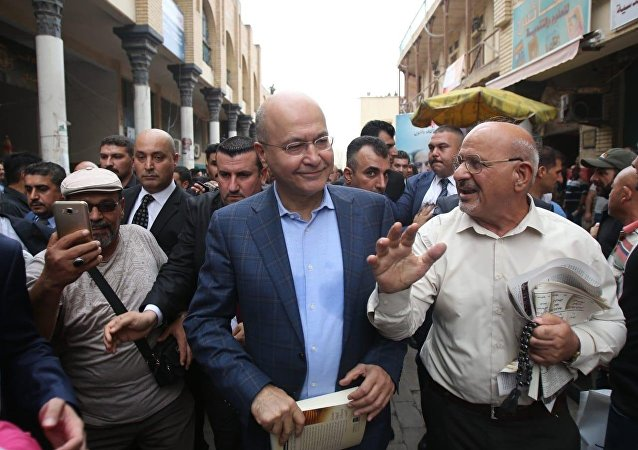 الرئيس العراقي برهم صالح خلال تواجده بين المواطنين في شارع المتنبي