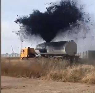 نافورة من النفط تتدفق بغزارة من شاحنة