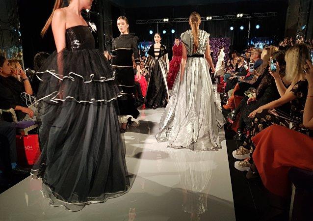 مجموعة من أزياء المصممة السعودية، أروى العماري ، في ملتقى أيام الأزياء العربية في موسكو