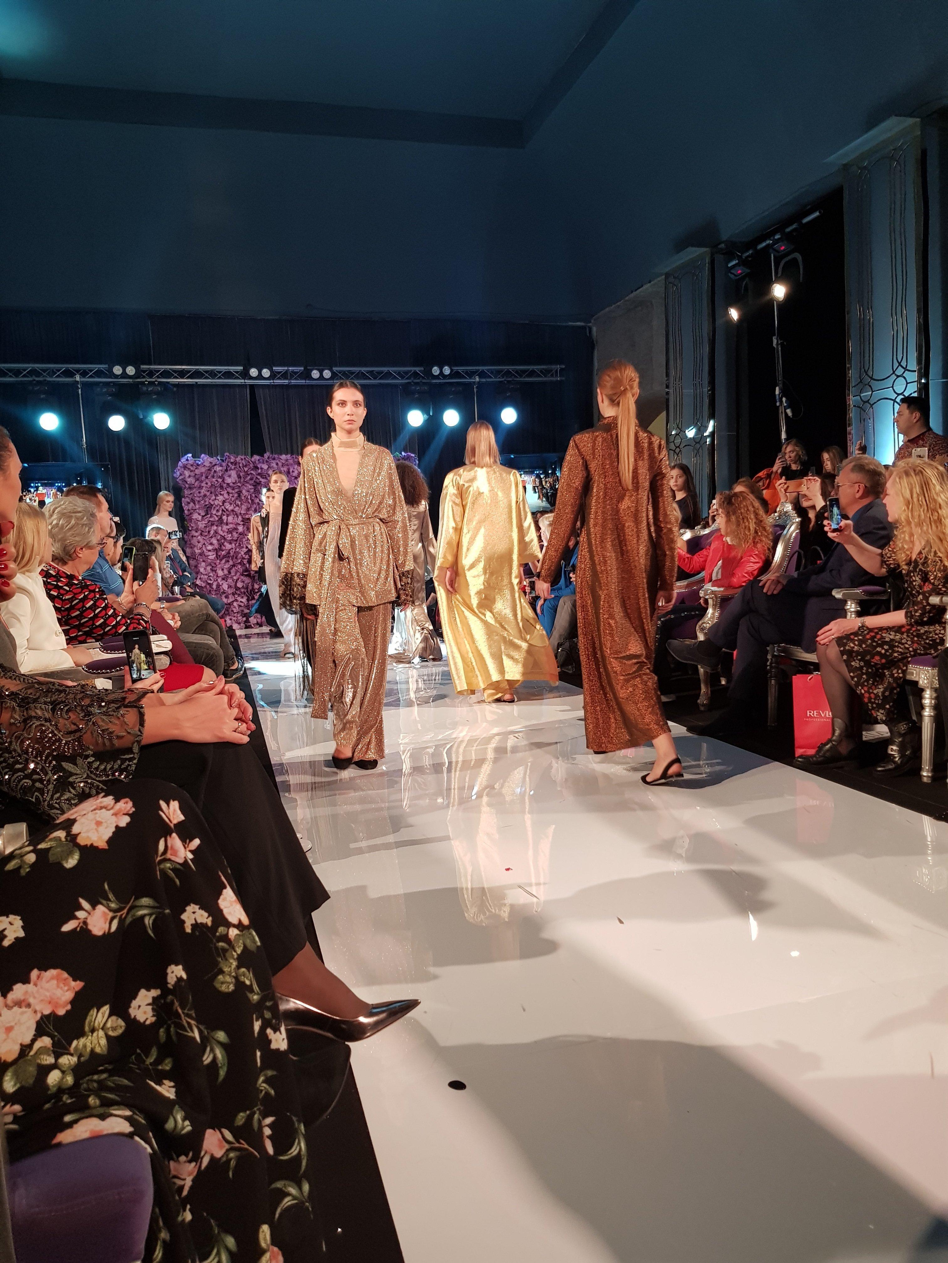 مجموعة من أزياء المصممة الروسية، أناستازيا رايكوفا ، في ملتقى أيام الأزياء العربية في موسكو