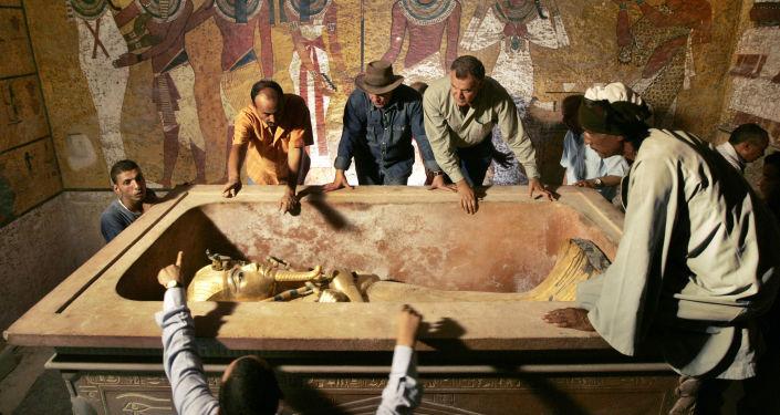 رئيس الآثار المصرية زاهي حواس (وسط الصورة تقريبا) يشرف على إزالة الملك توت عنخ آمون من التابوت الحجري في قبره تحت الأرض بوادي الملوك الشهير في الأقصر، في 4 نوفمبر/ تشرين الثاني 2007. تم الكشف عن الوجه الحقيقي للفرعون توت عنخ آمون، ملك مصر القديمة، للمرة الأولى منذ وفاته في ظروف غامضة منذ أكثر من 3000 سنة. وانتقلت مومياء الفرعون من تابوتها المزخرف، حيث أثار اكتسافه عام 1922 حدثا حصريا دوليا حول مكان الاحتفاظ به، حيث كما يقول الخبراء أنه سيتم الحفاظ عليها بشكل أفضل.