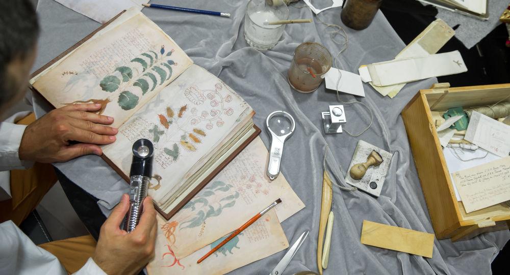 مشغّل ضبط الجودة في دار النشر الإسبانية، سيلوي لويس ميغيل، يعمل على استنساخ لمخطوطة مكتوبة بخط اليد فوينتش (Voynich ) في 9 أغسطس/ آب 2016