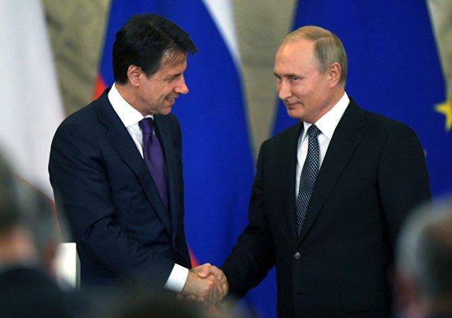 رئيس الوزراء الإيطالي جوزيبي كونتي مع الرئيس الروسي فلاديمير بوتين
