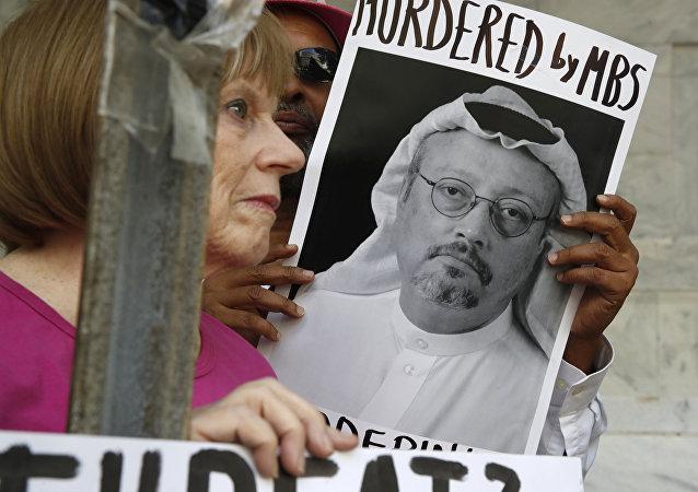 نشطاء يحملون صور الصحفي السعودي جمال خاشقجي في اسطنبول، تركيا 10 أكتوبر/ تشرين الأول 2018