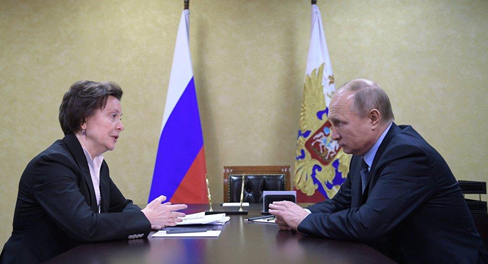 الرئيس الروسي فلاديمير بوتين خلال لقاءه مع رئيسة  منطقة خانتي مانسيسك الروسية ذاتية الحكم