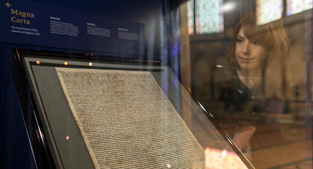 تنظر إلى ماغنا كارتا وهي إحدى الوثائق الأربع الأصلية المتبقية في كاتدرائية سالزبوري